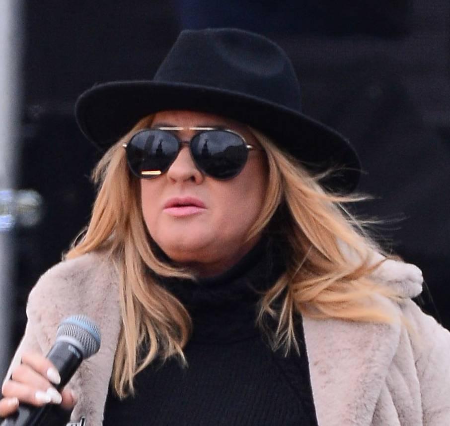 Beata Kozidrak w płaszczu i okularach
