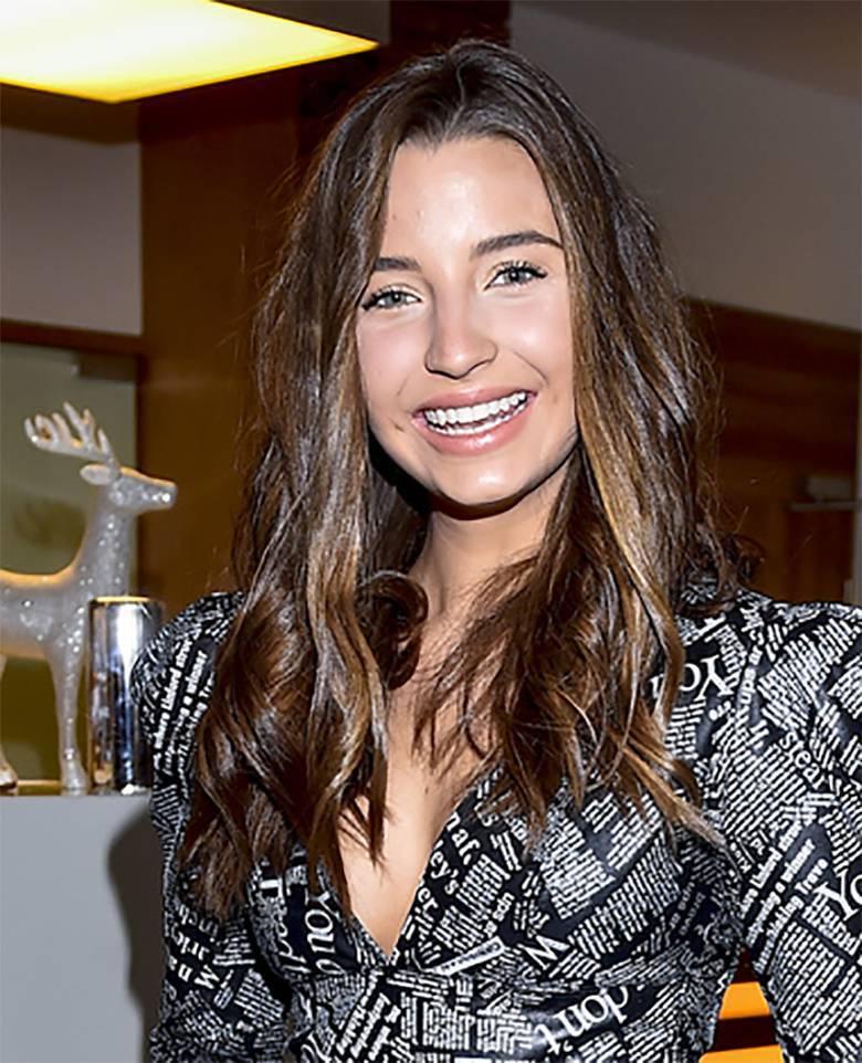 Uśmiechnięta Julia Wieniawa w delikatnym makijażu na imprezie mikołajkowej