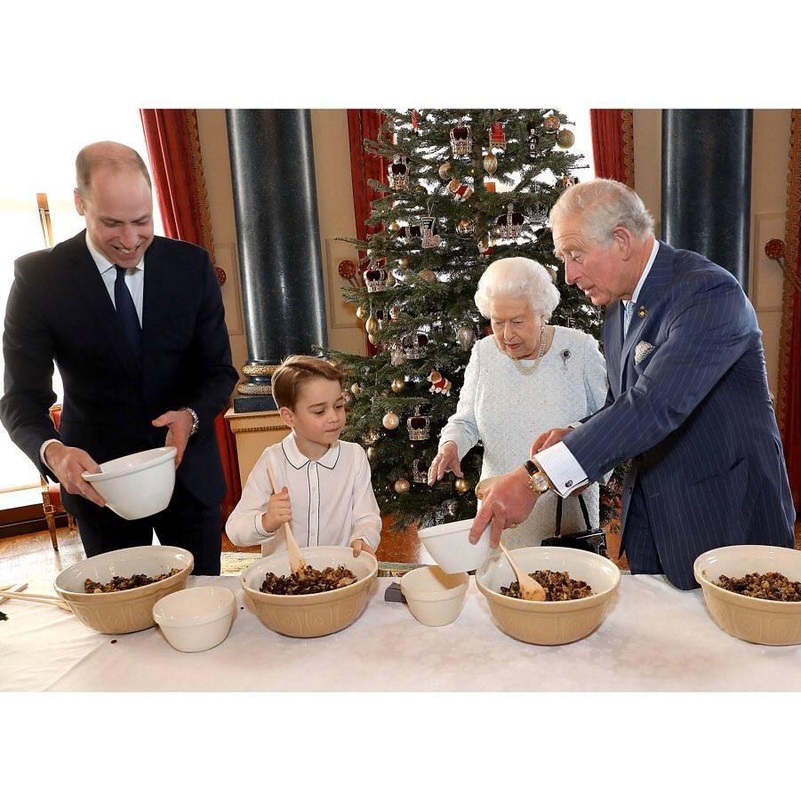 Książę Karol, książę William, królowa Elżbieta II, książę George