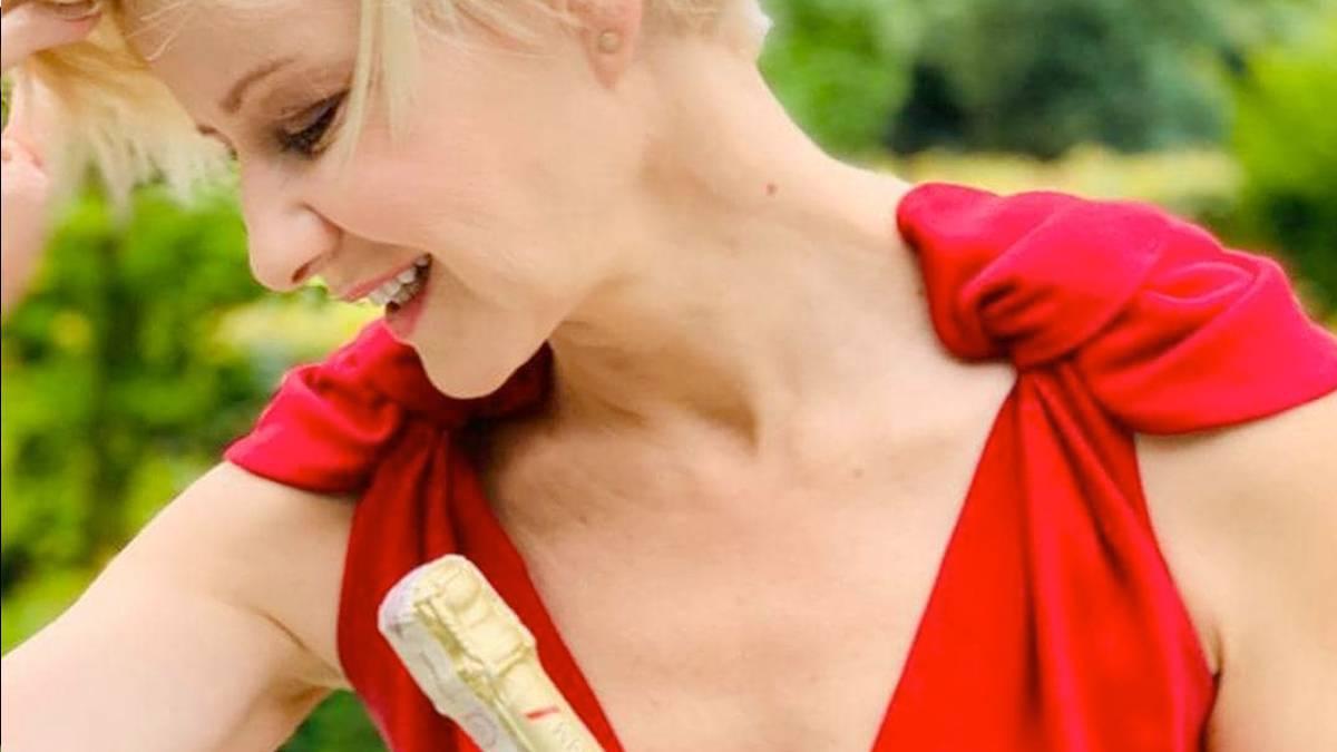 Małgorzata Kożuchowska z szampanem