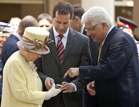 Królowa Elżbieta II z telefonem