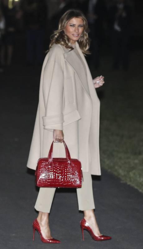 Melania Trump w beżowym komplecie i z czerwonymi dodatkami