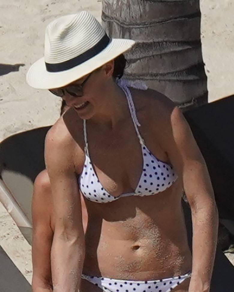 Zdjęcie (6) Siostra księżnej Kate spędziła święta w bikini na plaży. Serio? Tak wygląda kobieta po porodzie?