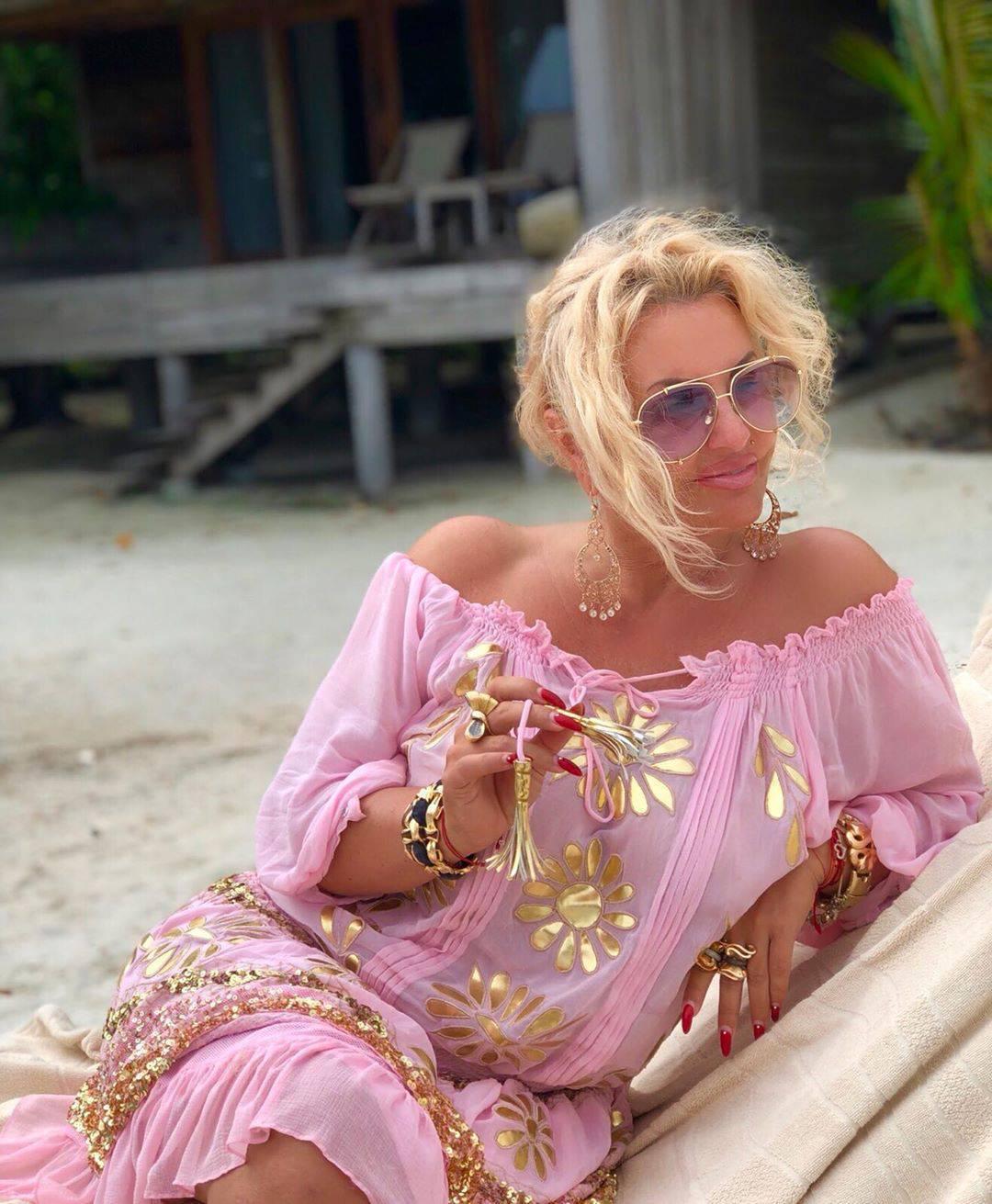 Dagmara Kaźmierska w różowej sukience na plaży