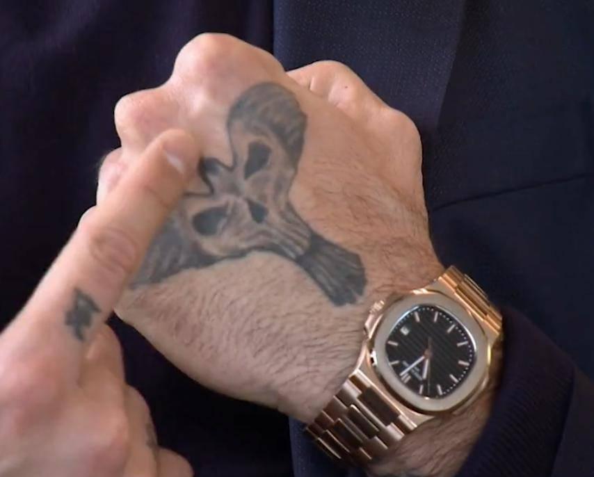 Michele Morrone: tatuaż na dłoni – feniks z popiołu