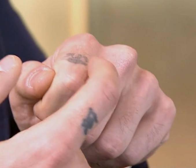 Michele Morrone: tatuaż na palcu – imię kolegi Roma