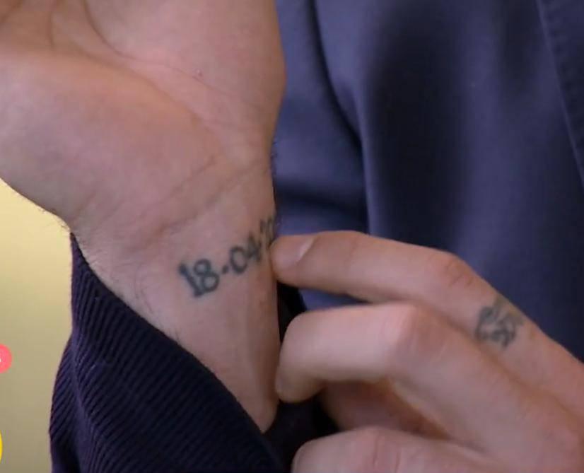 Michele Morrone: tatuaż na nadgarstku – data śmierci ojca