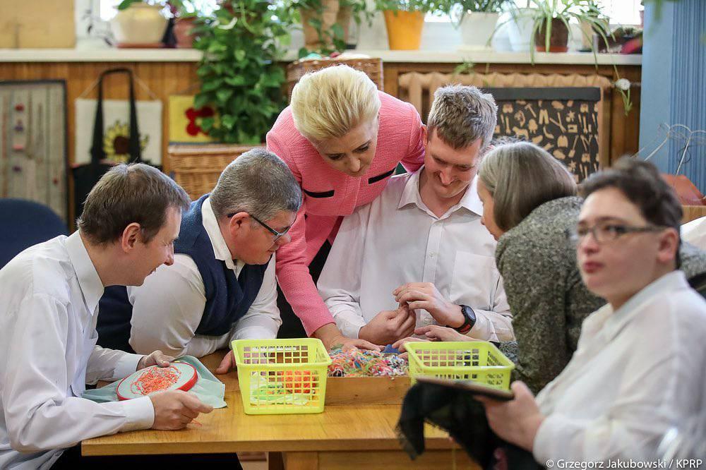 Agata Duda na spotkaniu z podopiecznymi Fundacji Pomocy Osobom z Niepełnosprawnością Intelektualną Dom. W co się ubrała?
