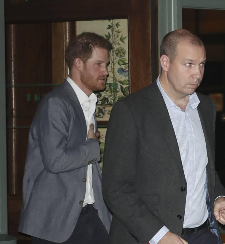 Książę Harry wychodzi z Ivy Chelsea Garden