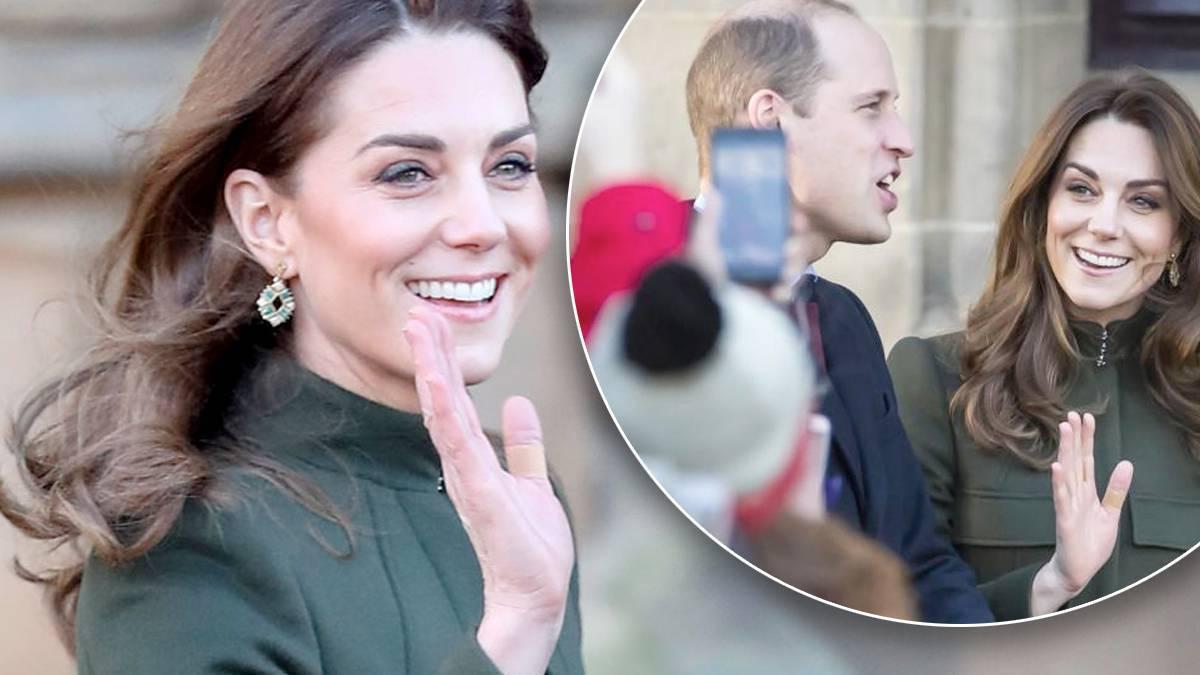 Księżna Kate z plastrem na placu