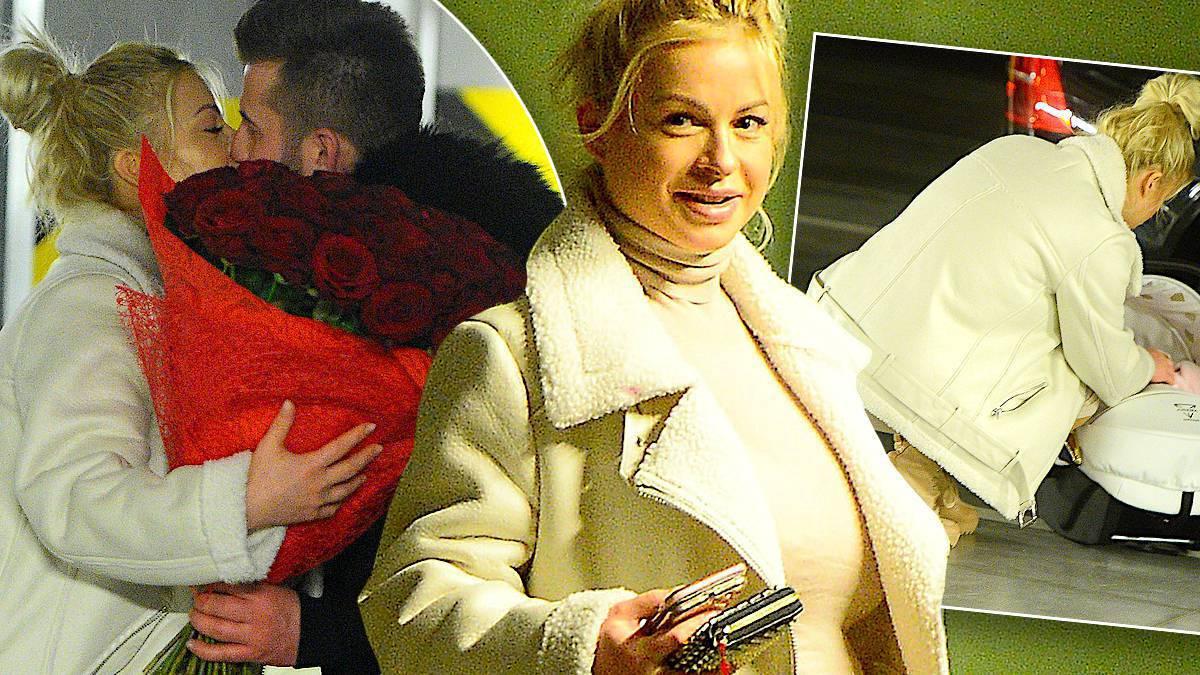 Paula Tumala z partnerem i córkami wychodzi ze szpitala