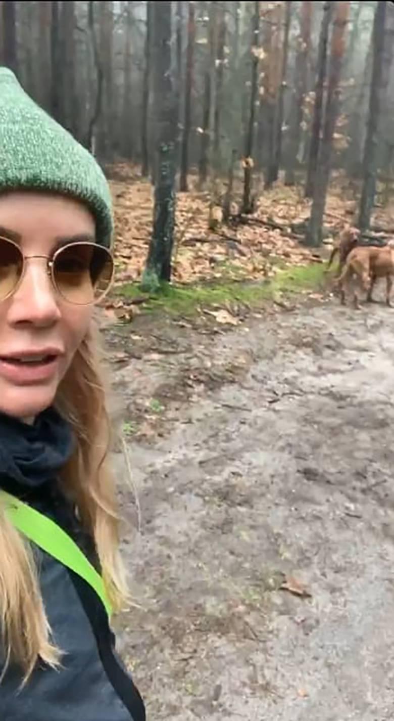 Agnieszka Woźniak Starak na spacerze z psami