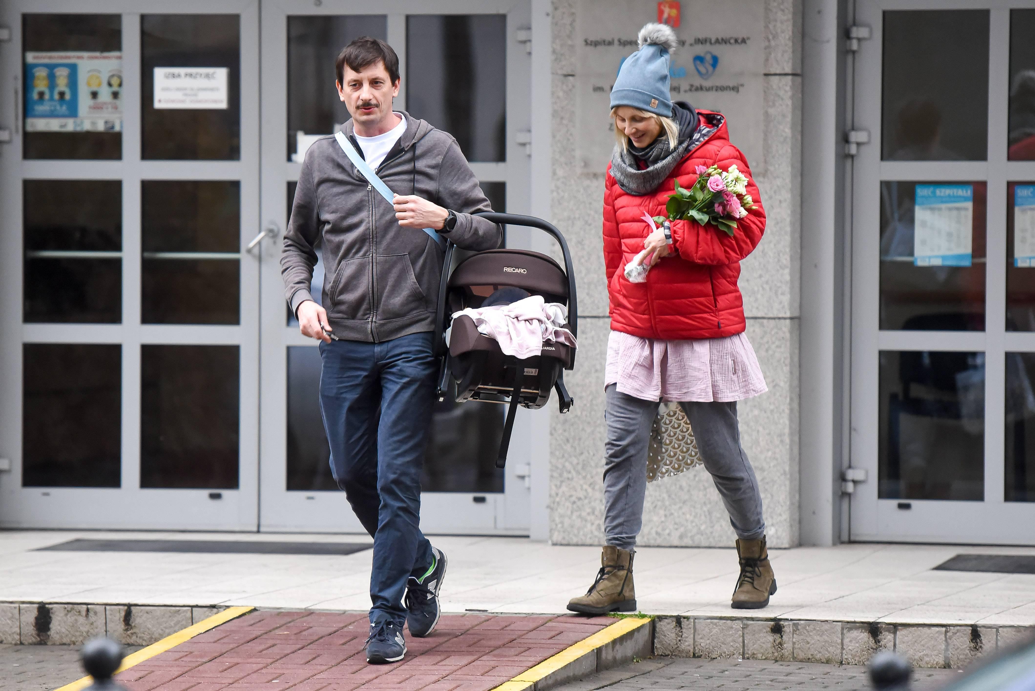 Joanna Moro i Mirosław Szpilewski z córeczką wychodzą ze szpitala