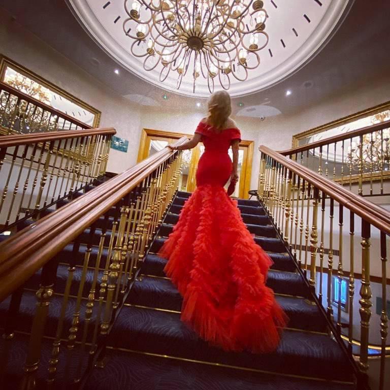 Karolina Szostak na balu w czerwonej sukni od Violi Piekut