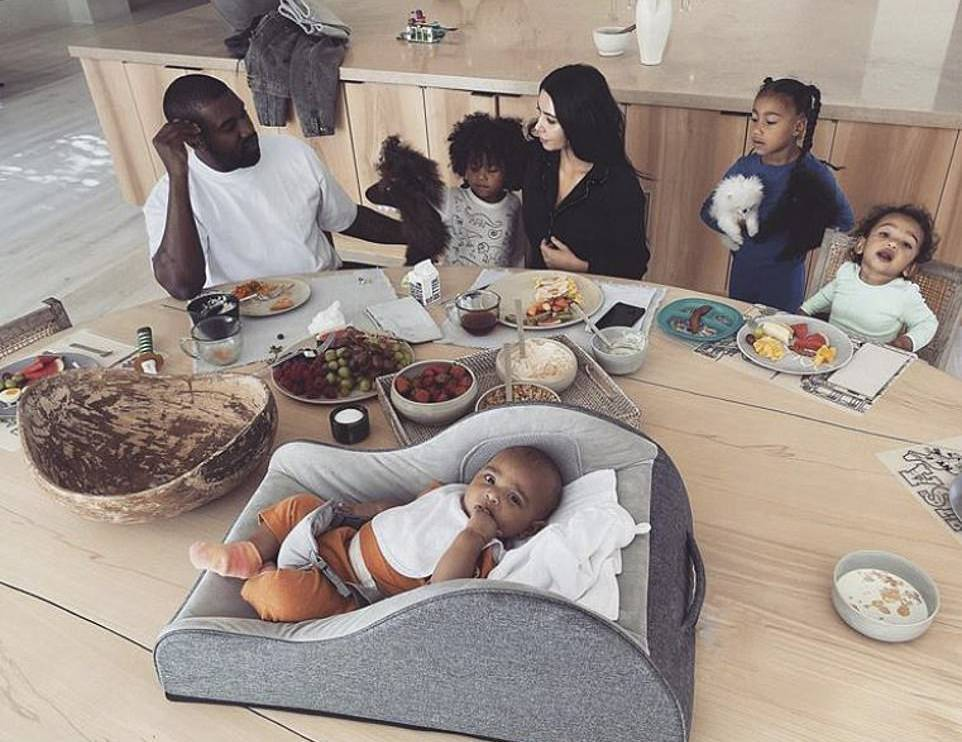 Zdjęcie (6) Kim Kardashian pokazała swoją willę w luksusowym magazynie! Tak mieszka z Kanye i dziećmi