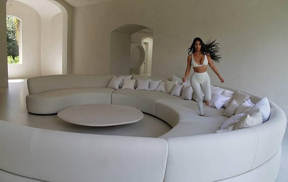 Zdjęcie (8) Kim Kardashian pokazała swoją willę w luksusowym magazynie! Tak mieszka z Kanye i dziećmi