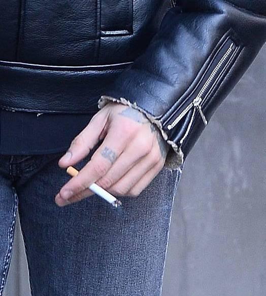 Zdjęcie (5) Promocja 365 dni trwa. Michele Morrone z odsłoniętą klatą pali papierosa na mrozie. Jest też piękna Anna Maria