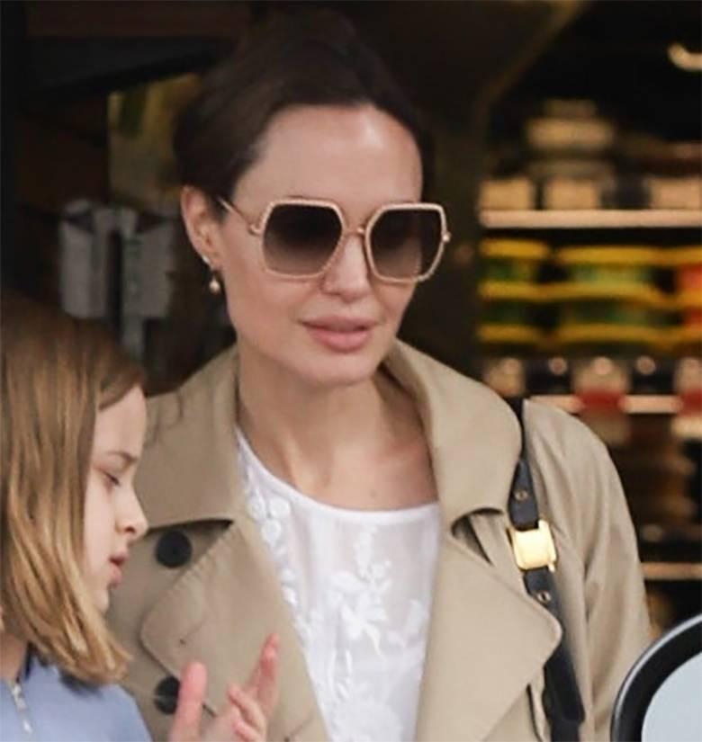 Zdjęcie (2) Angelina Jolie robi zapasy spożywcze jak na kwarantannę. Do noszenia toreb zaangażowała córkę