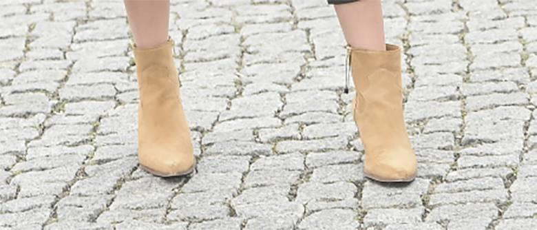 Zdjęcie (5) Marcelina Zawadzka w świetnej stylizacji przed studiem TVP. Wyglądała modnie, ale o czymś zapomniała. UPS…