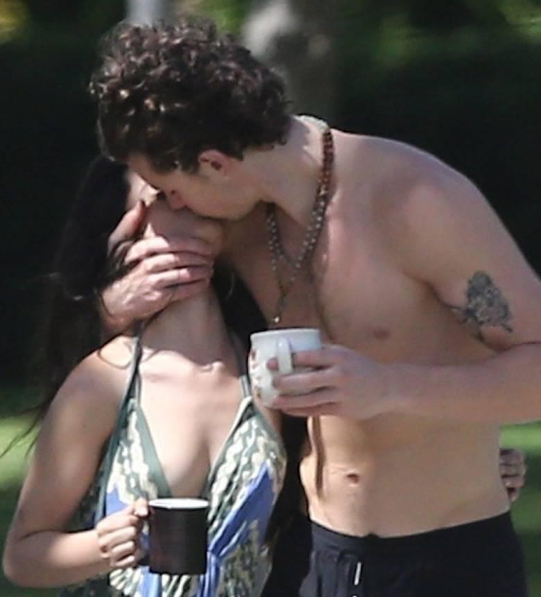 Zdjęcie (4) Camila Cabello i Shawn Mendes przyłapani na namiętnościach podczas kwarantanny. Jak oni się kochają!