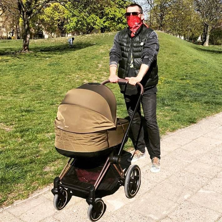 Zdjęcie (1) Rafał Maserak na spacerze z synkiem. Dumny tata wozi swojego maluszka w luksusowym wózku