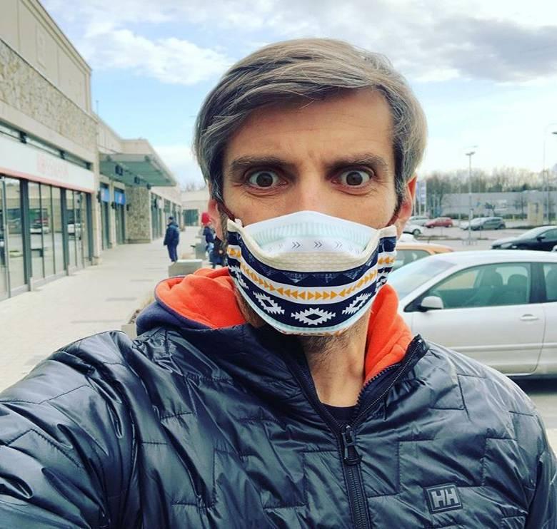 Maciej Dowbor ma maseczkę