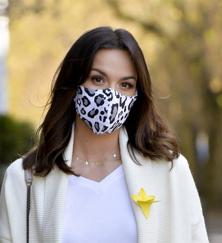 Paulina Krupińska dba o bezpieczeństwo, nosi maseczkę