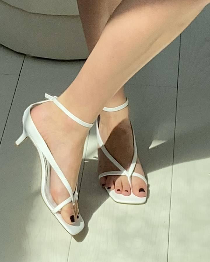 Jessica Mercedes wybrała sandałki na obcasie białej marki
