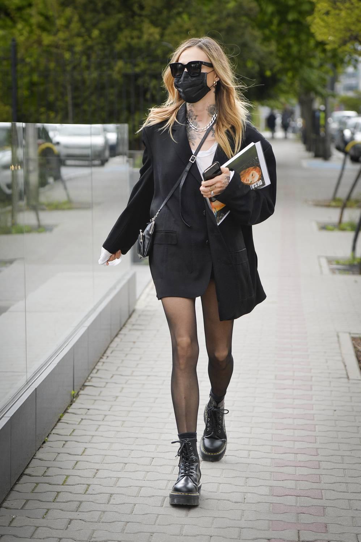 Maja Sablewska przed domem aukcyjnym