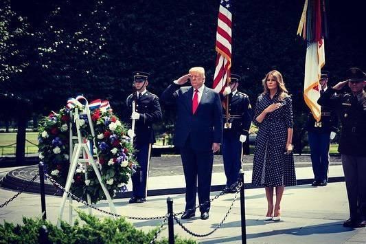 Melania Trump wybrała suknię w kropki