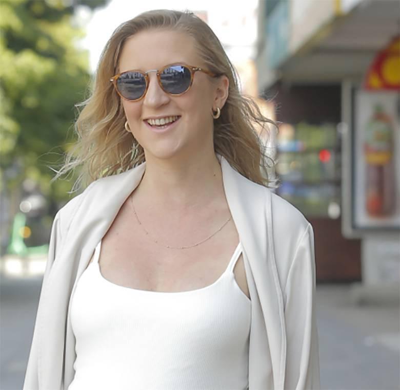 Lara Gessler sięgnęła po przeciwsłoneczne okulary