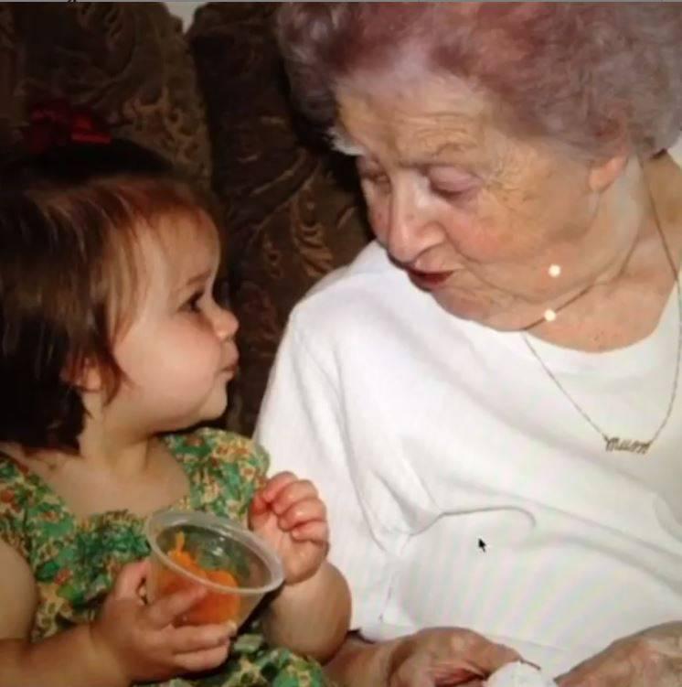 Harper Beckham z babcią