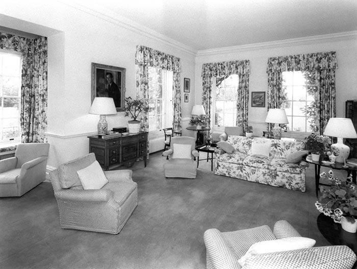prince-charles-camilla-home-living-room-z-z