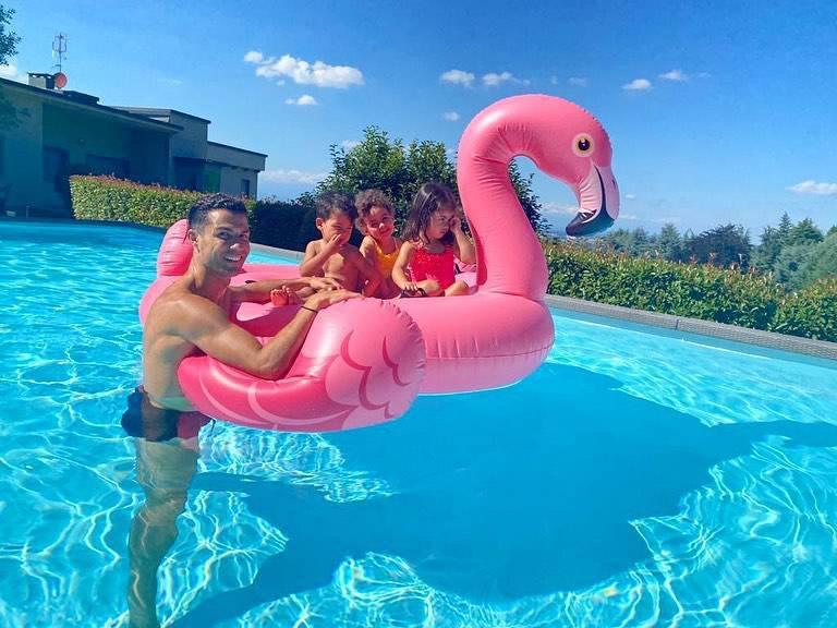 Cristiano Ronaldo z dziećmi w basenie