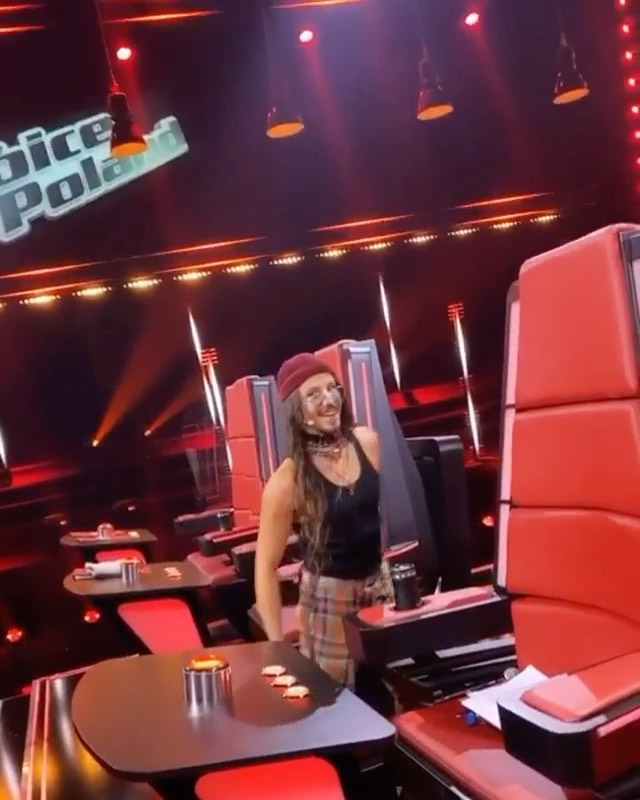 Michal Szpak tańczy do Lime na planie The Voice