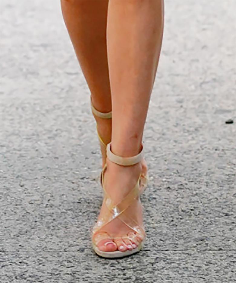 Jennifer Lopez w sandałach na obcasie