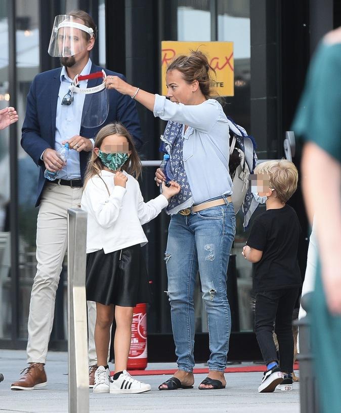 Zdjęcie (8) Anna Mucha z nowym partnerem i dziećmi na spacerze. Beztroski czas, tylko ona jakaś taka zmęczona