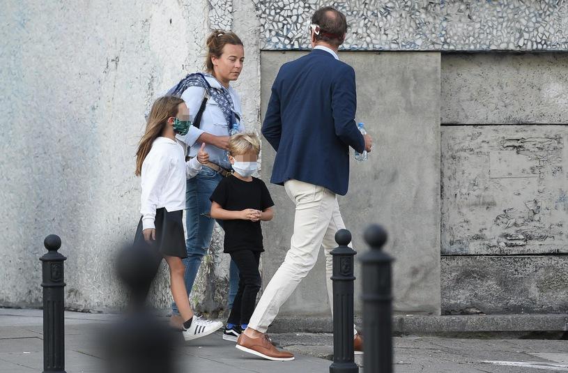 Anna Mucha z dziećmi i z partnerem