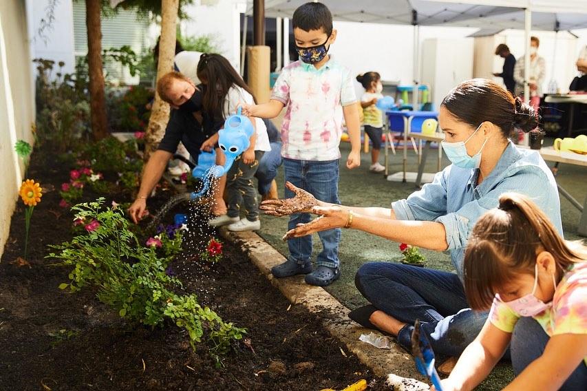 Harry i Meghan pomagają dzieciom w ogrodzie