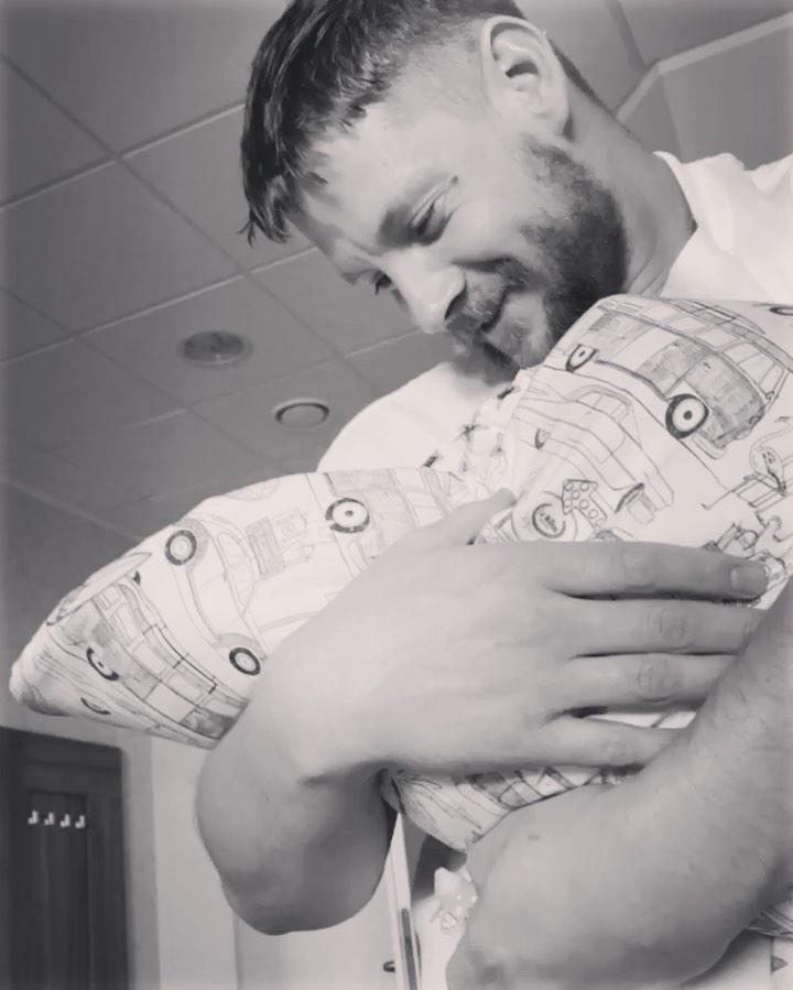 Sebastian Fabijański z synkiem