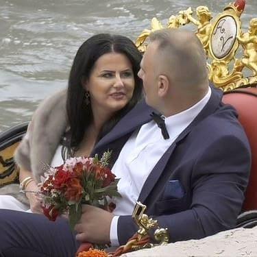 """Zdjęcie (1) Edzia z """"Królowych życia"""" pokazała zdjęcia ze ślubu. Wyglądała pięknie, ale to Dagmara skradła show"""