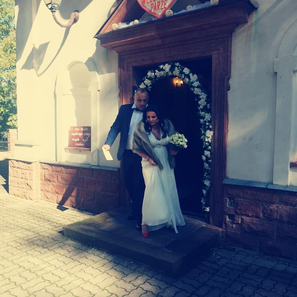 """Zdjęcie (5) Edzia z """"Królowych życia"""" pokazała zdjęcia ze ślubu. Wyglądała pięknie, ale to Dagmara skradła show"""