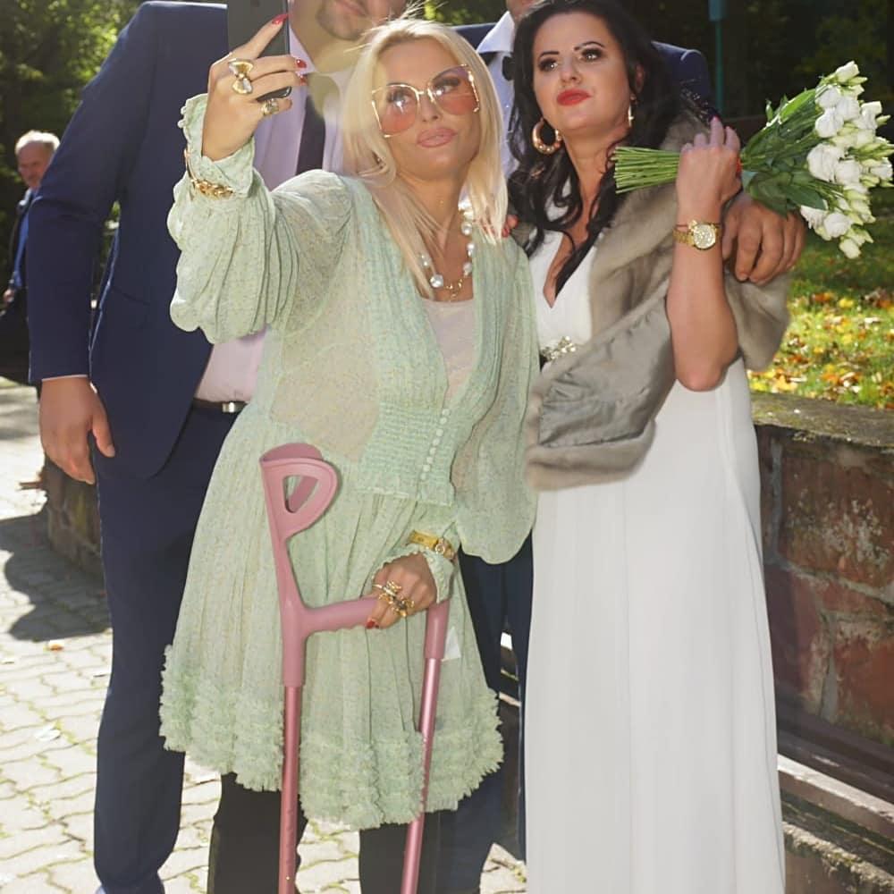 """Zdjęcie (10) Edzia z """"Królowych życia"""" pokazała zdjęcia ze ślubu. Wyglądała pięknie, ale to Dagmara skradła show"""