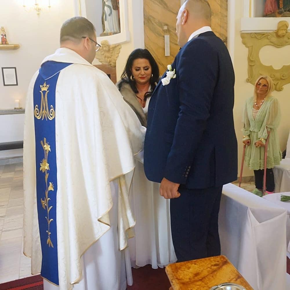 """Zdjęcie (7) Edzia z """"Królowych życia"""" pokazała zdjęcia ze ślubu. Wyglądała pięknie, ale to Dagmara skradła show"""
