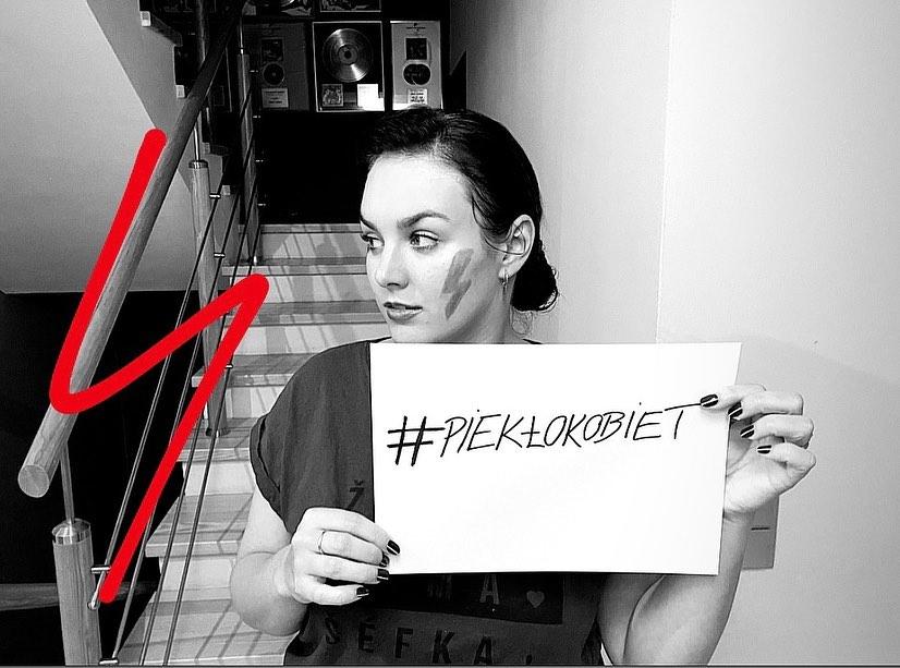 Ewa Farna wspiera Strajk Kobiet wprost z domu