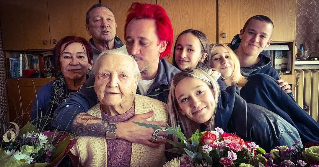 Michał Wiśniewski z dziećmi i matką zastępczą