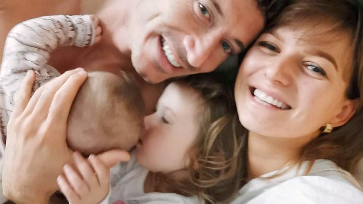 Anna i Robert Lewandowscy z dziećmi