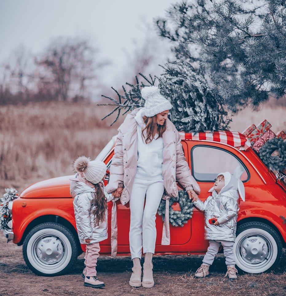 Anna Wendzikowska z córkami w świątecznej sesji