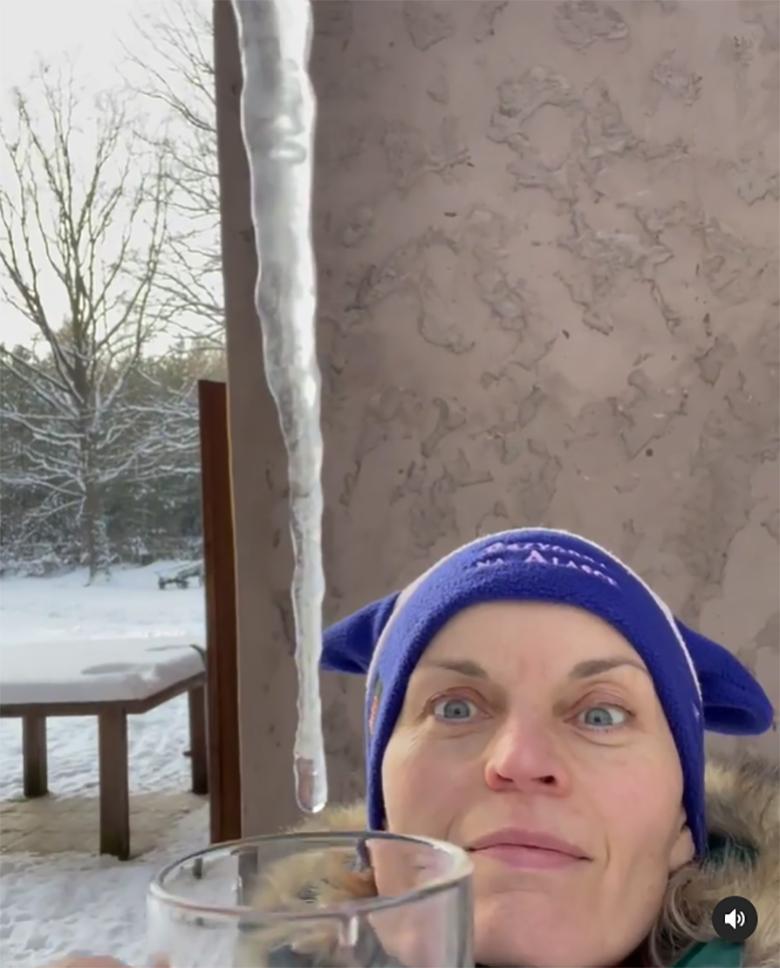 Małgorzata Foremniak pije wodę z sopli lodu