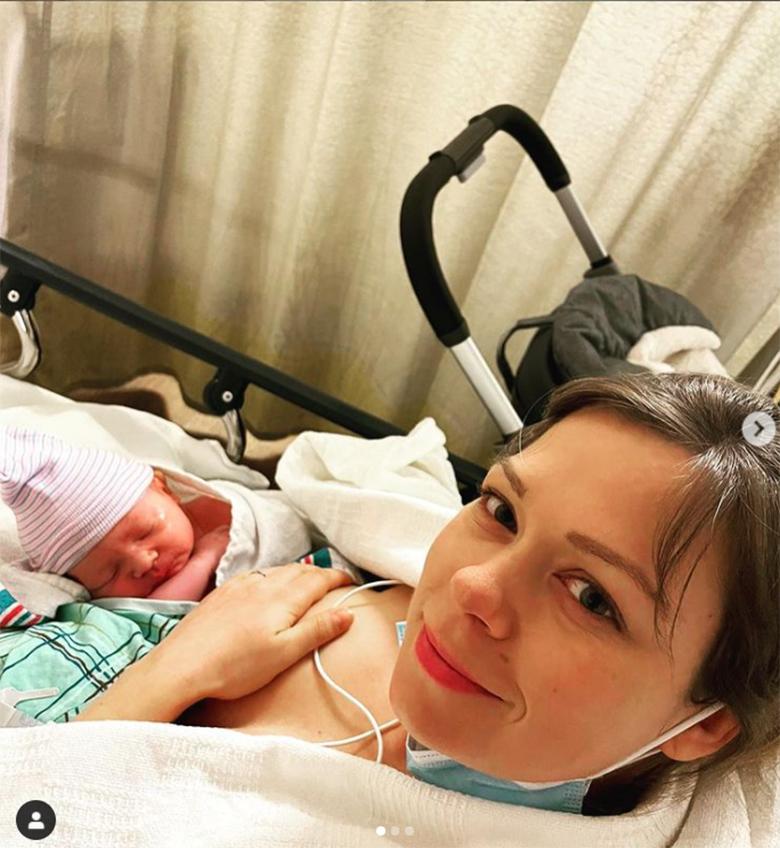 Zdjęcie (1) Córka Grzegorza Ciechowskiego urodziła. Pokazała pierwsze zdjęcia dziecka. Jest też wzruszający hołd dla jej legendarnego ojca